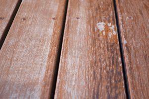 Patio de bois peinture ou teinture